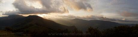 Vue panoramique sur la vallée de la Jordanne, qui court depuis le Puy Mary (sous les nuages à gauche)